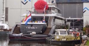 Slepen van de Kiss van Feadship in Aalsmeer door de sleepdienst van de Koning William werf